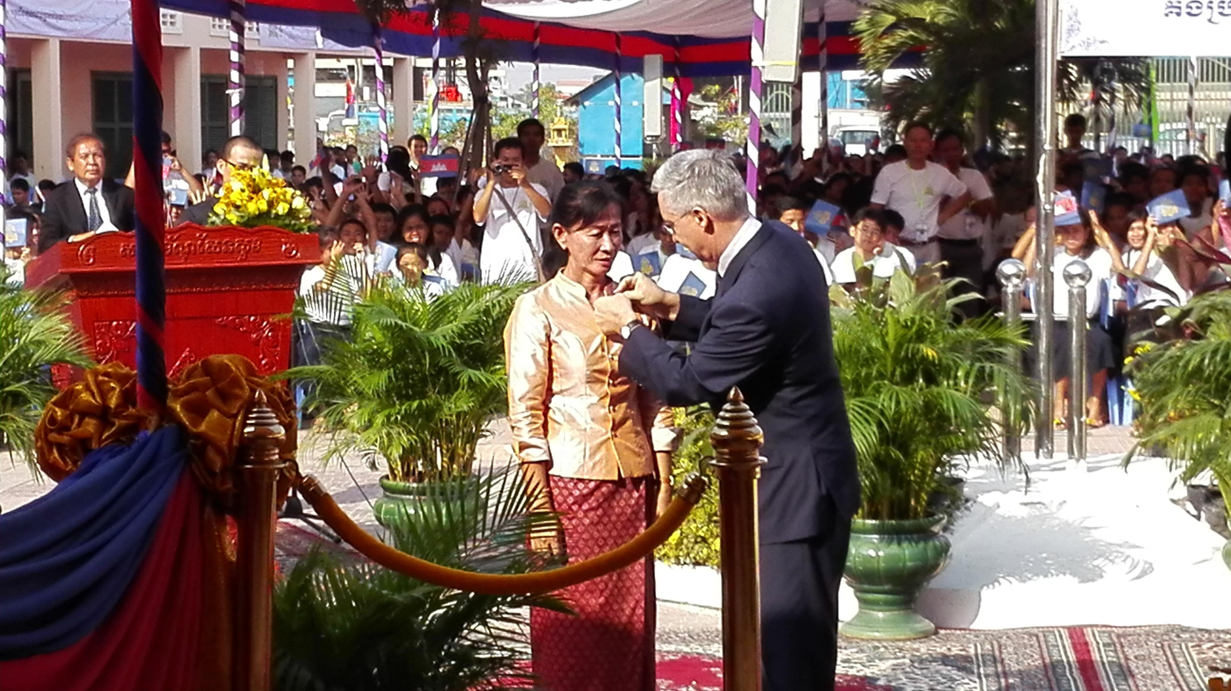 Remise des insignes de chevalier dans l ordre des palmes for Chambre de commerce cambodge